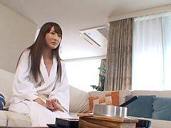 Japonaise sexy qui se gode la chatte