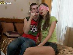 Jeune coquine baise avec son demi frère