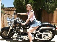 Elle couche avec son pote motard