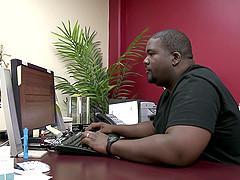 Jeune salope se retrouve dans le bureau d'un black