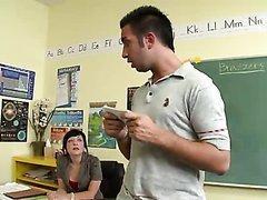 Il baise sa camarade en classe
