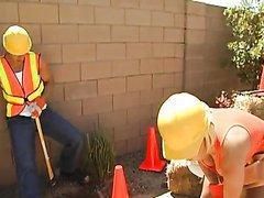 Salope blonde aux gros seins baisée sur un chantier