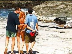 Jeune rousse se fait prendre en dp sur la plage