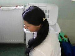 Jeune brune niquée dans une laverie