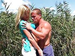 Sunny Diamond baisée au bord d'un lac