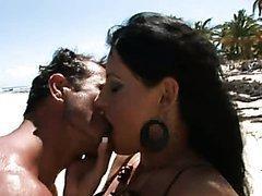 Ejac faciale après une baise sur la plage