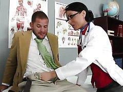 L'infirmière de l'école suce et baise un étudiant