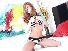 Bree Morgan gode sa jolie chatte après un striptease
