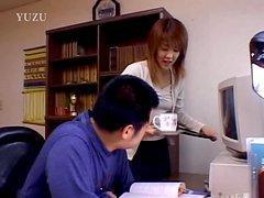 Secrétaire japonaise suce son boss