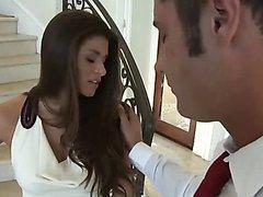 MILF séduisante baise avec un agent immobilier