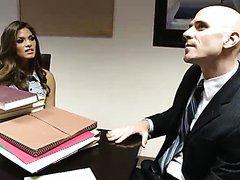 Bonasse brune baisée par son collègue de bureau