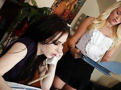Jolie lesbienne lèche son assistante