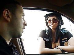 Policière enculée par un prisonnier