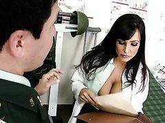 Un militaire tringle le médecin Lisa Ann
