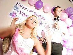 Vanessa Cage se fait piner par son anniversaire