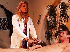 Infirmière cochonne baise son patient