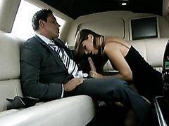 Femme brune suce et baise dans une limousine