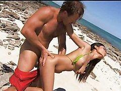 Asiatique encul�e sur la plage