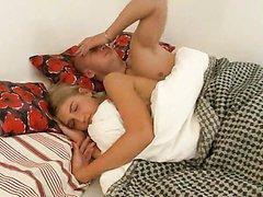 Blonde de 18 ans baisée au réveil